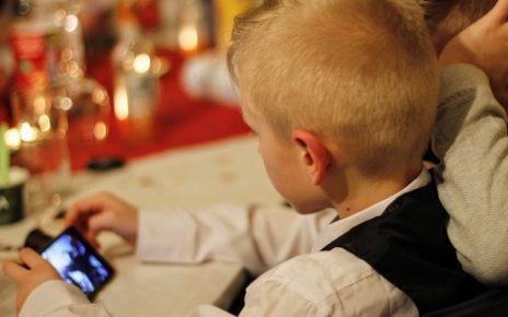 smartphone bambini babysitter rischi